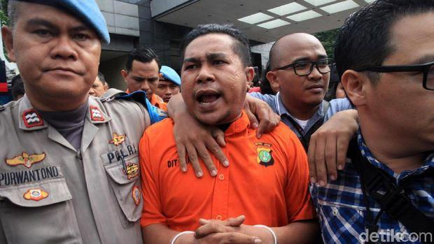 Dua orang anggota polisi aktif pelaku penyerangan kepada Novel Baswedan dibawa keluar dari Polda Metro Jaya. Keduanya hendak dipindahkan ke Bareskrim Polri.