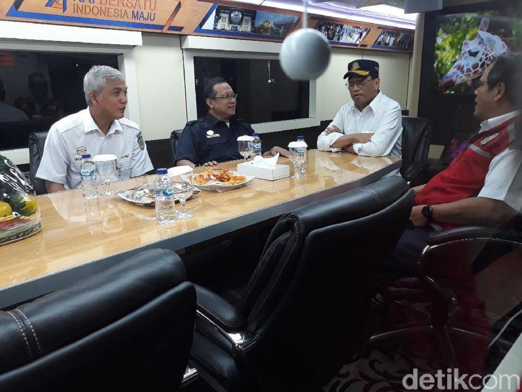 Momen Menhub Nyanyi di Stasiun Yogyakarta hingga Salam Metal