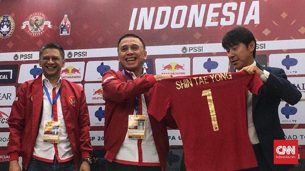 Shin Tae Yong resmi menjadi pelatih Timnas Indonesia usai penandatanganan kontrak dengan PSSI di Stadion Pakansari, Cibinong, Sabtu (28/12).