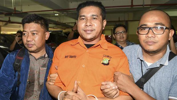 Rahmat Kadir Mahulette didakwa melakukan penganiayaan berat dan terencana dalam kasus penyiraman air kerasa terhadap Novel Baswedan