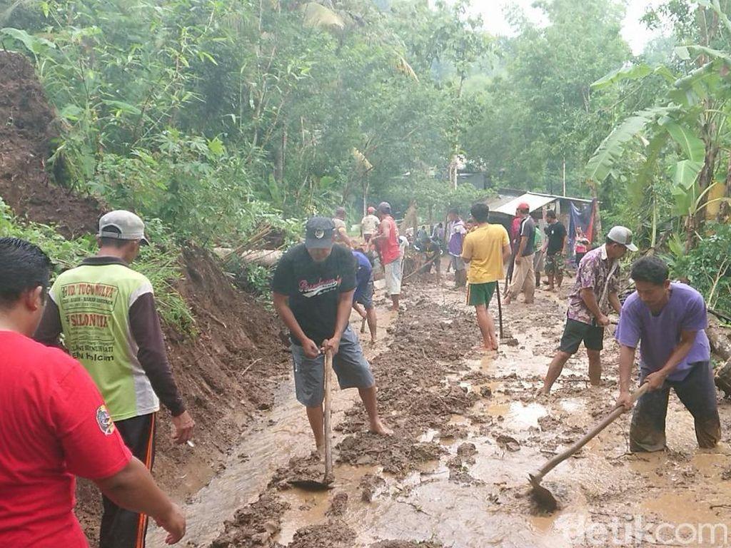 Hujan Deras, Tebing Setinggi 30 Meter Longsor Tutup Akses Jalan di Tulungagung