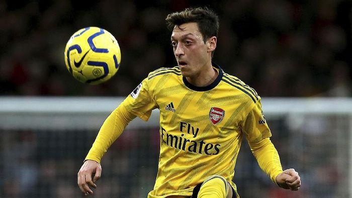Nama Mesut Oezil masih diboikot oleh komentator China, kendati tubruk Arsenal sudah disiarkan lagi. (Foto: Mark Kerton/PA via AP)