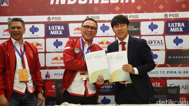 Shin Tae-yong telah resmi menjadi pelatih anyar Timnas Indonesia. Dia diperkenalkan di Stadion Pakansari, Cibinong, Sabtu (28/12/2019).