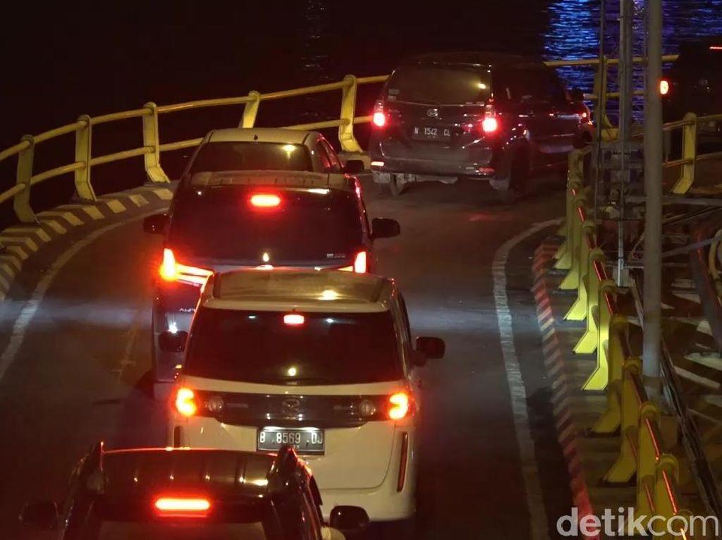 Pelabuhan ASDP Ketapang Disesaki Mobil Pribadi