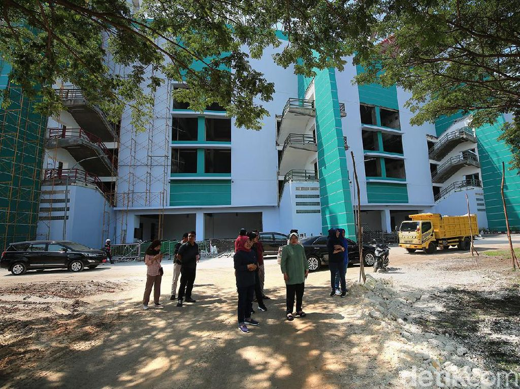 Risma Pantau Progres Renovasi Stadion Gelora Bung Tomo