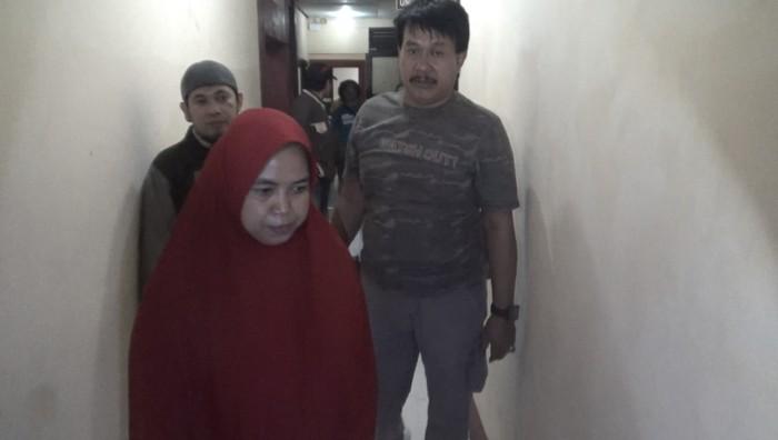Foto: Polisi amankan ibu-ibu yang diduga pukul wajah siswi SD di Makassar (Reinhard-detikcom)
