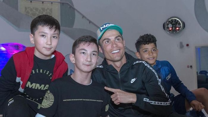 Cristiano Ronaldo bermain bola dengan fan difabel (Instagram @khabib_nurmagomedov)