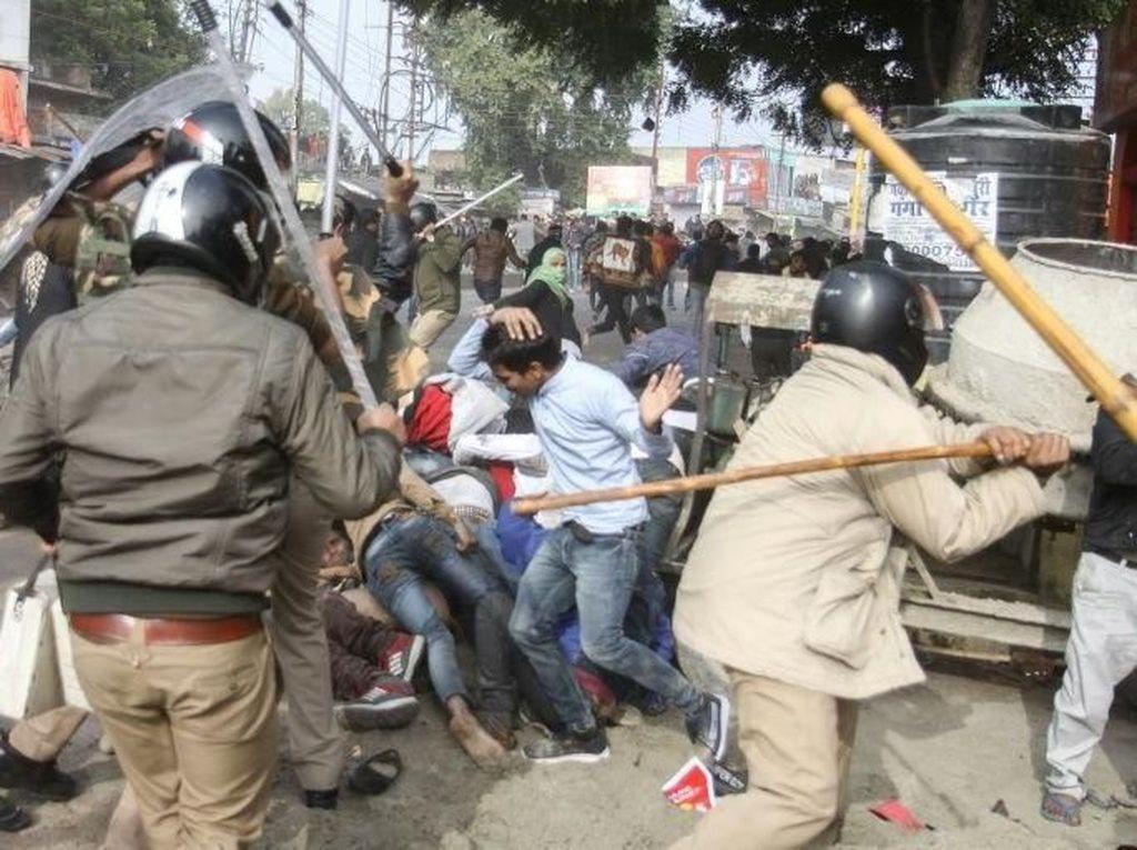 Polisi Pukuli Demonstran UU Kewarganegaraan di India Pakai Tongkat