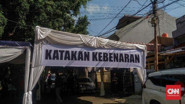 Spanduk, Mobil, dan Tenda Putih Sambut Dhani Tiba di Rumah