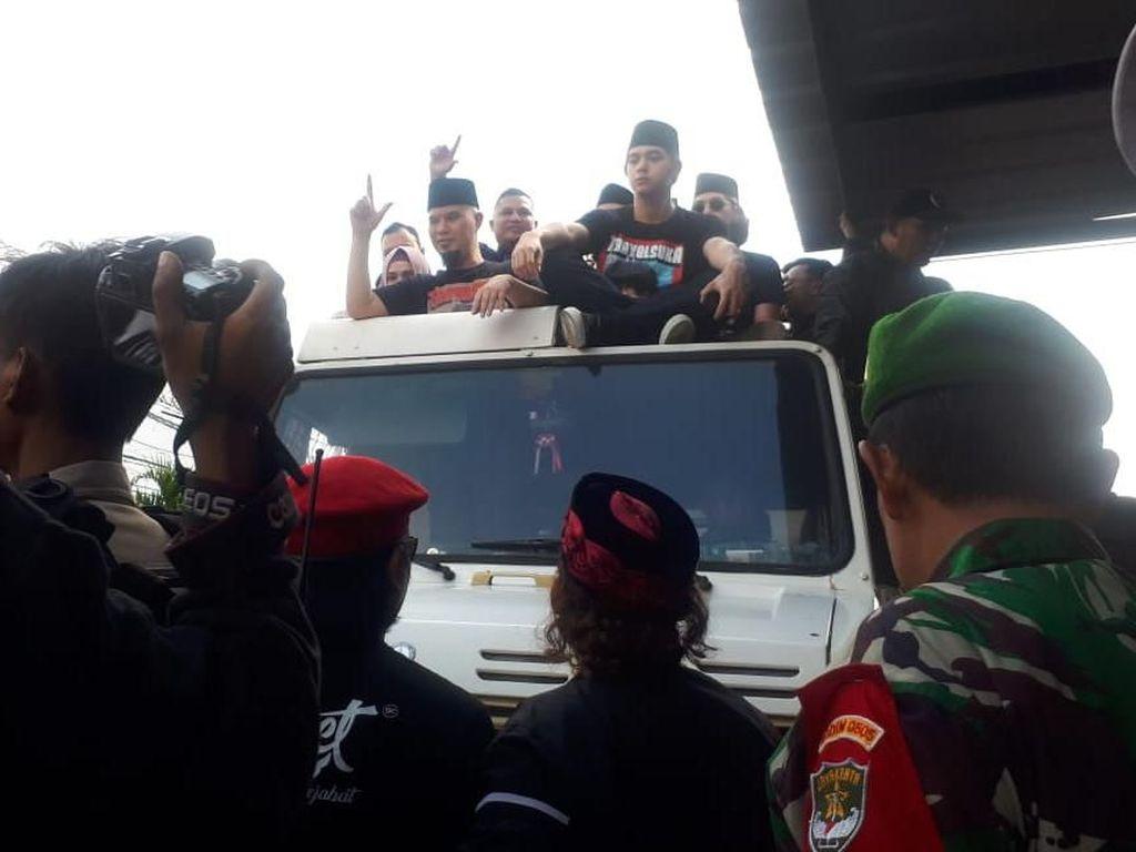 Gaya Salam 2 Jari Ahmad Dhani Usai Bebas dari Rutan Cipinang