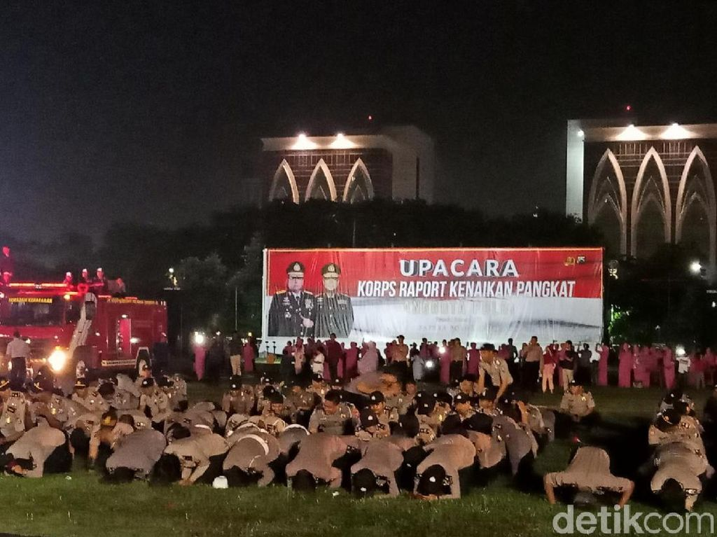 Selamat, Ribuan Anggota Polisi Polda Jatim Naik Pangkat Sujud Syukur