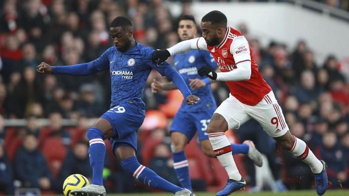 Arsenal gagal memaksimalkan keunggulan cepat untuk menundukkan Chelsea di Emirates Stadium. Justru The Blues bangkit dan memenangi derby London dengan skor 2-1.