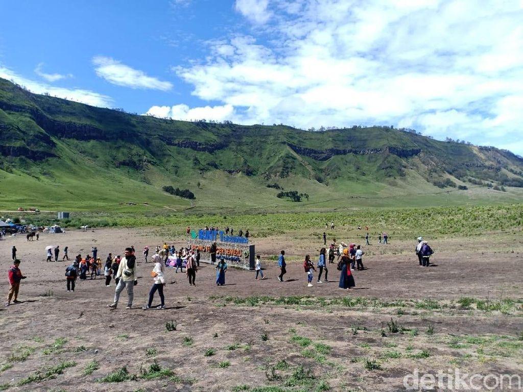 Wisatawan Berduyun-duyun Datangi Bukit Teletubbies Gunung Bromo