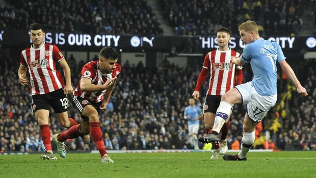 Manchester City's Kevin De Bruyne, right, takes a shot at goal during the English Premier League soccer match between Manchester City and Sheffield United at Etihad stadium in Manchester, England, Sunday, Dec. 29, 2019. (AP Photo/Rui Vieira)