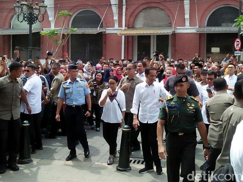 Asyiknya Jokowi dan Para Menteri Jalan-jalan di Kota Lama Semarang