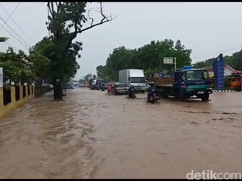 Video Pemotor Berjatuhan di Jalan Pantura yang Berlumpur Usai Banjir