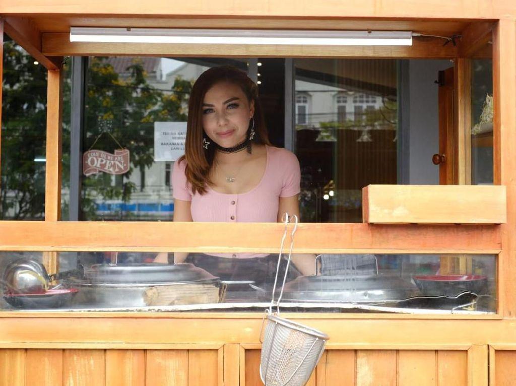 Penjual Makanan Cantik dan Seksi Ini Hebohkan Foodies Sepanjang 2019