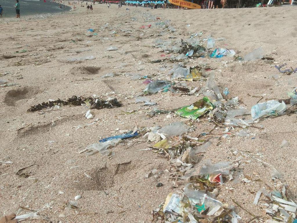 Libur Akhir Tahun, Wisatawan Pantai Kuta Disambut Sampah Plastik
