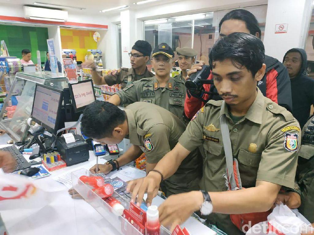 Jelang Tahun Baru, Satpol PP Makassar Razia Kondom-Tisu Magic di Minimarket