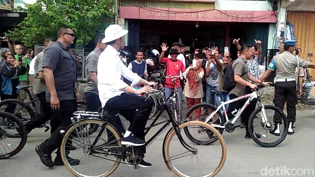 Gaya Jokowi Saat Ngonthel ke Kota Lama Semarang