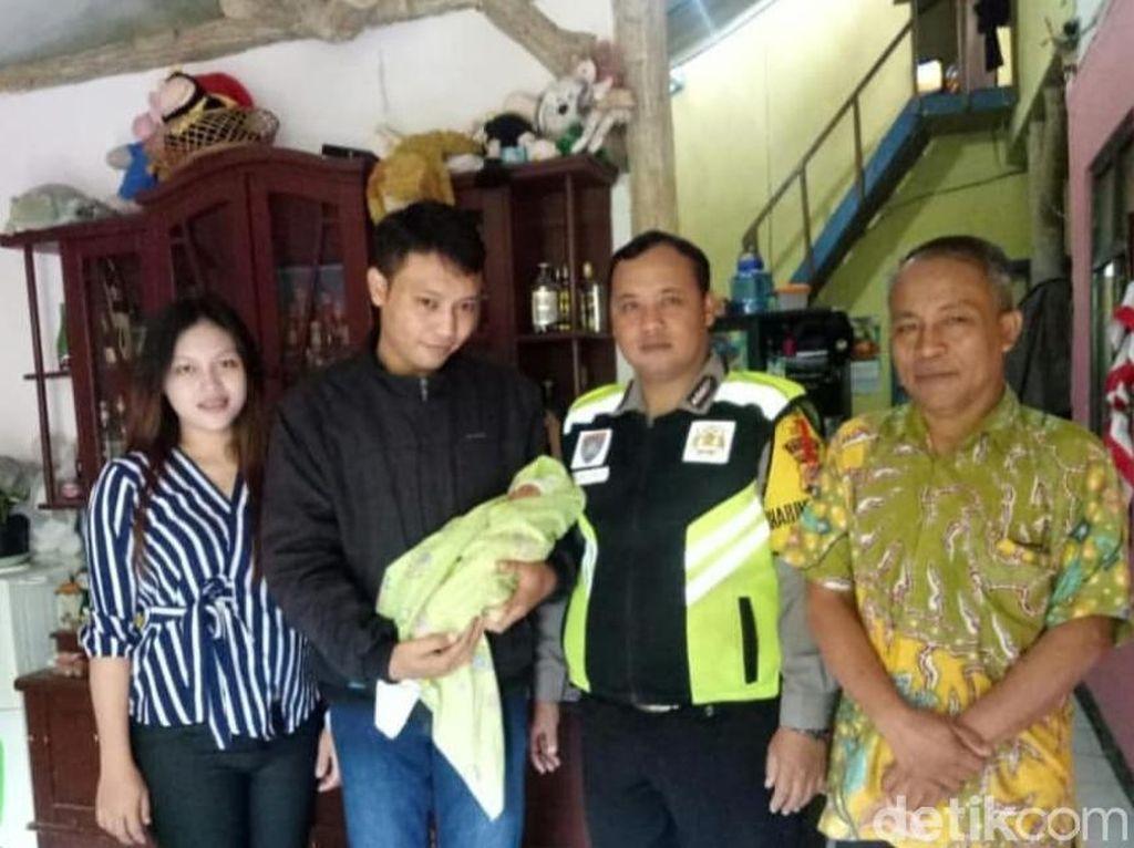 Heroik, Polisi Kawal Dua Ibu Melahirkan yang Terjebak Macet di Lembang