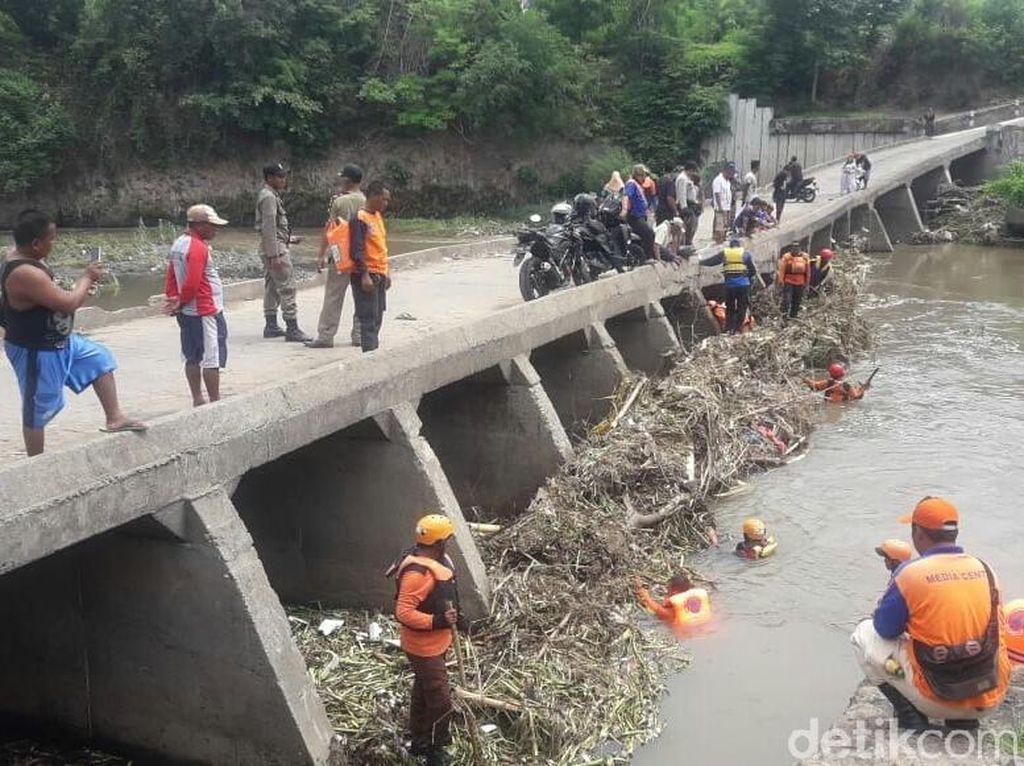 Tim SAR Sisir Sungai Sampean Baru Cari Pemotor Bondowoso yang Hilang