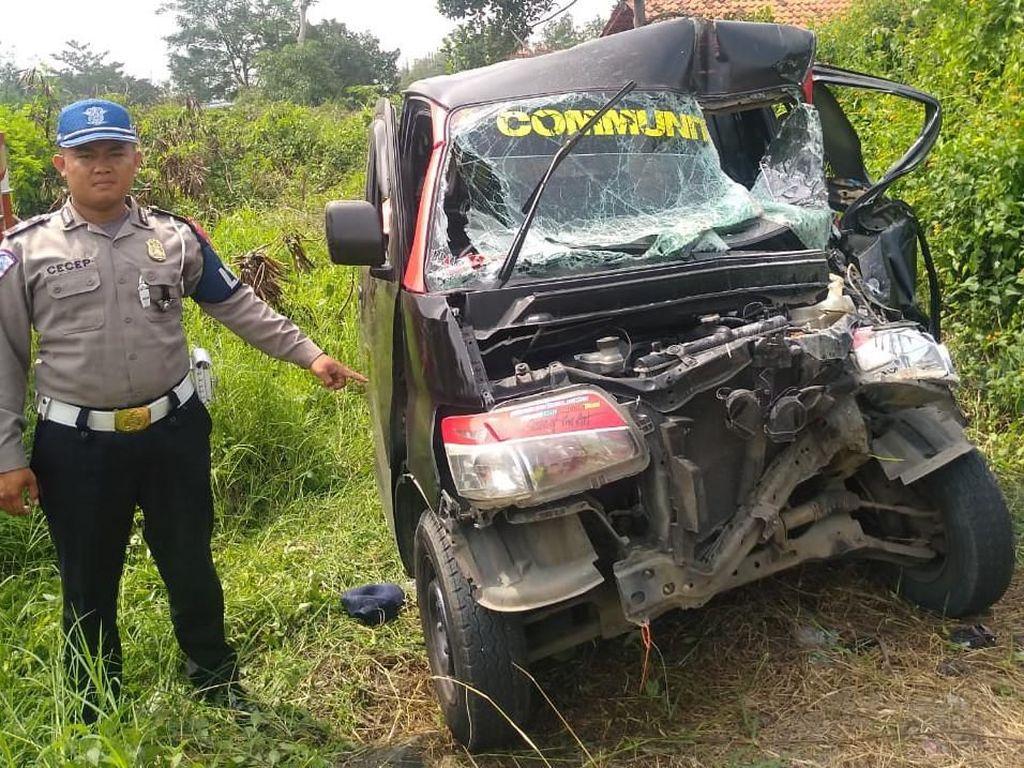 Minibus Tabrak Truk di Tol Purbaleunyi, 2 Orang Terluka