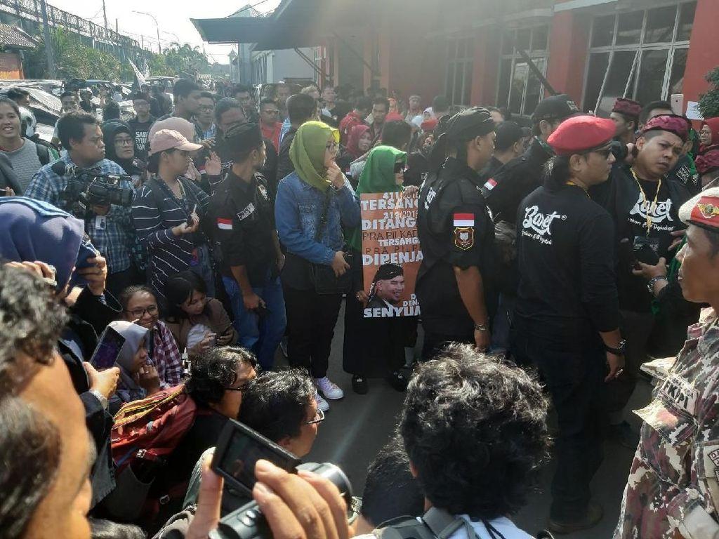 Ratusan Orang Penuhi Halaman Rutan Cipinang Sambut Ahmad Dhani Bebas
