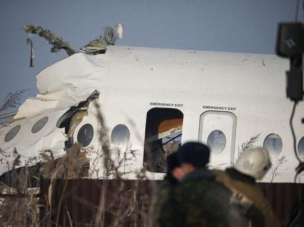 Foto: Puing-Puing Pesawat yang Jatuh di Kazakhstan