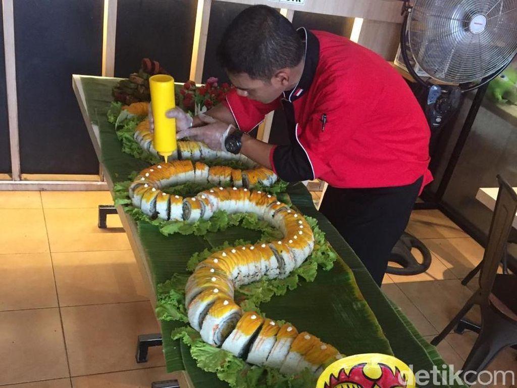 Sushi Sepanjang 3,3 Meter Berbentuk Naga Ramaikan Tahun Baru di Tuban