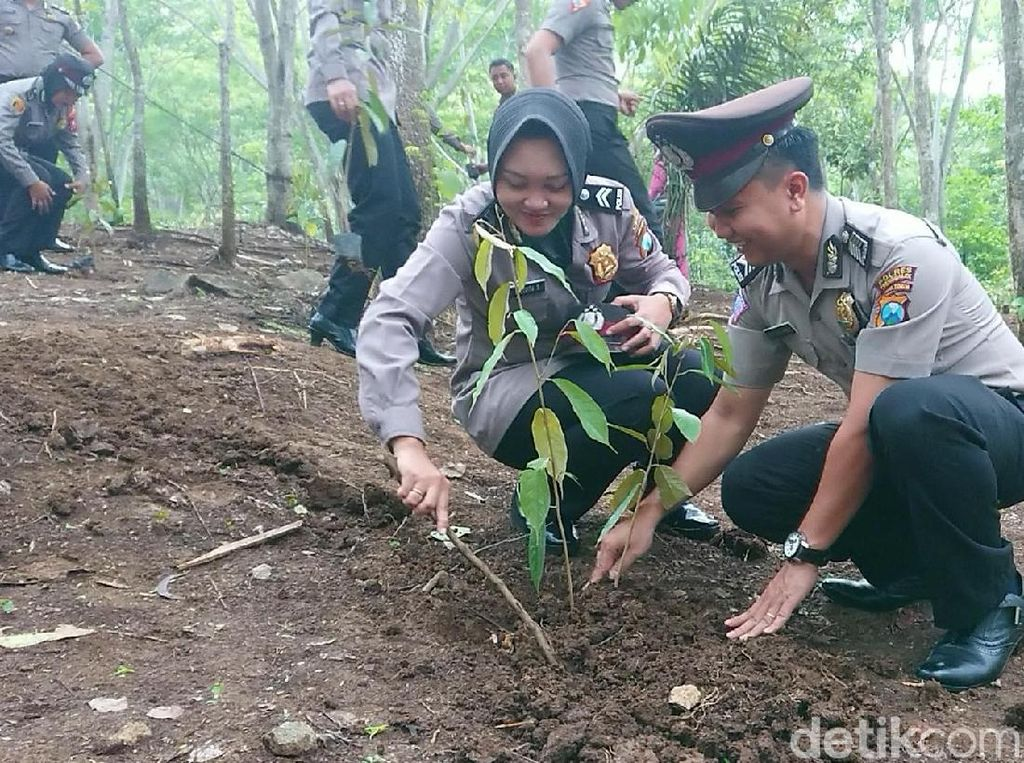 Di Trenggalek, Puluhan Polisi yang Naik Pangkat Diwajibkan Tanam Pohon