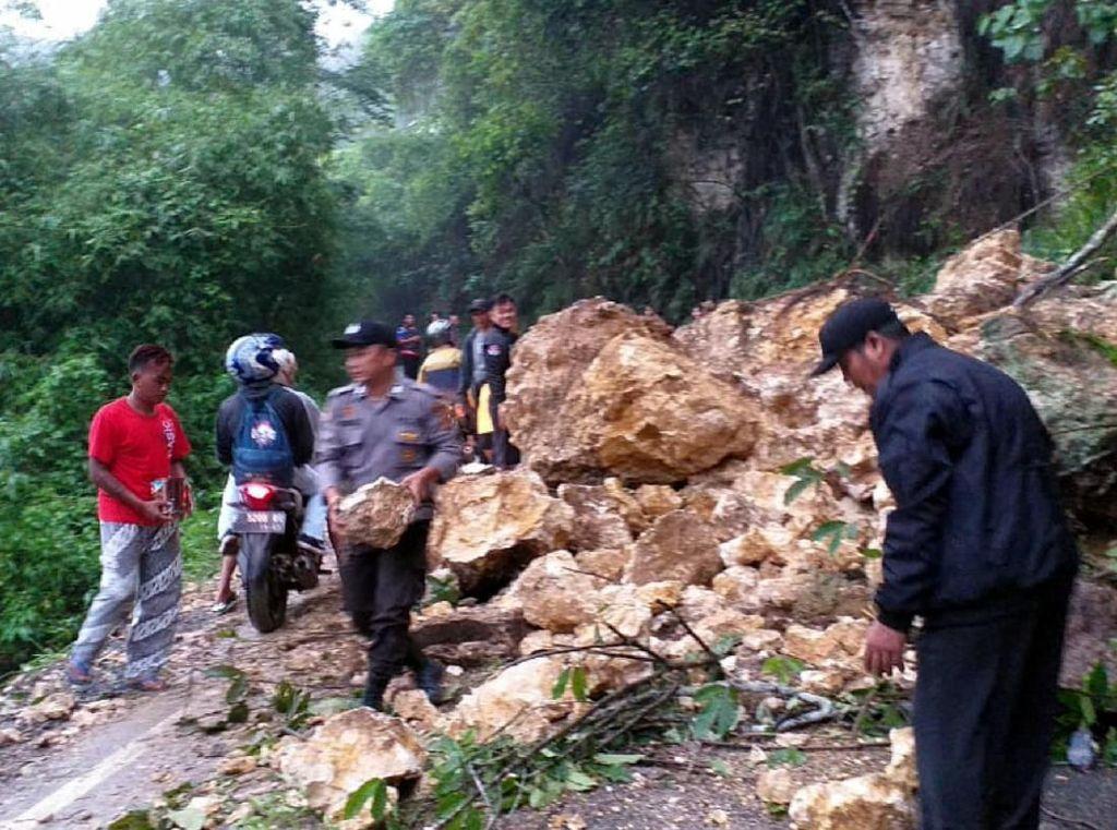 Tebing Longsor Tutup Jalan Nyalindung Sukabumi