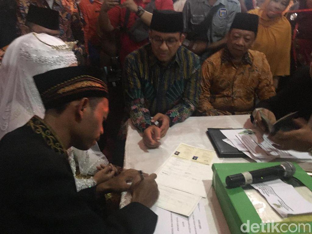 Anies Jadi Saksi Nikah Massal di Balai Kota Jakarta