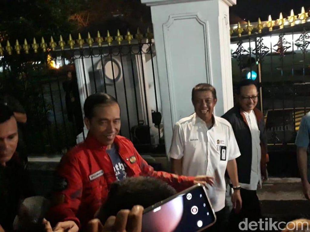 Jokowi Keluar Lagi dari Gedung Agung Yogya Sambil Bagi-bagi Kaus
