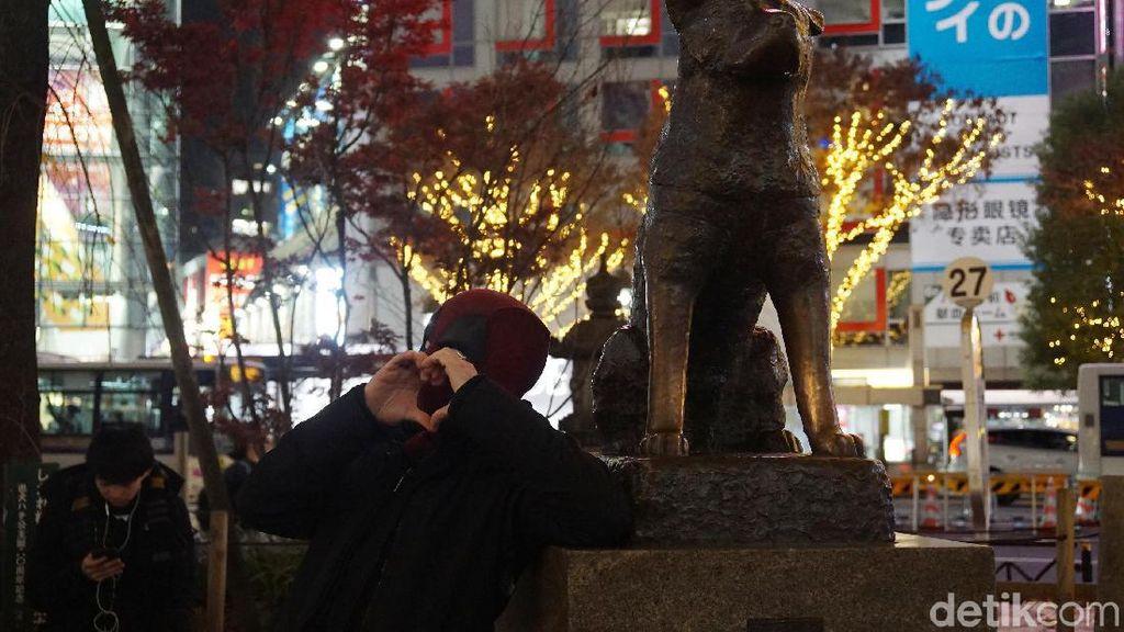 Potret Deadpool Berfoto dengan Hachiko