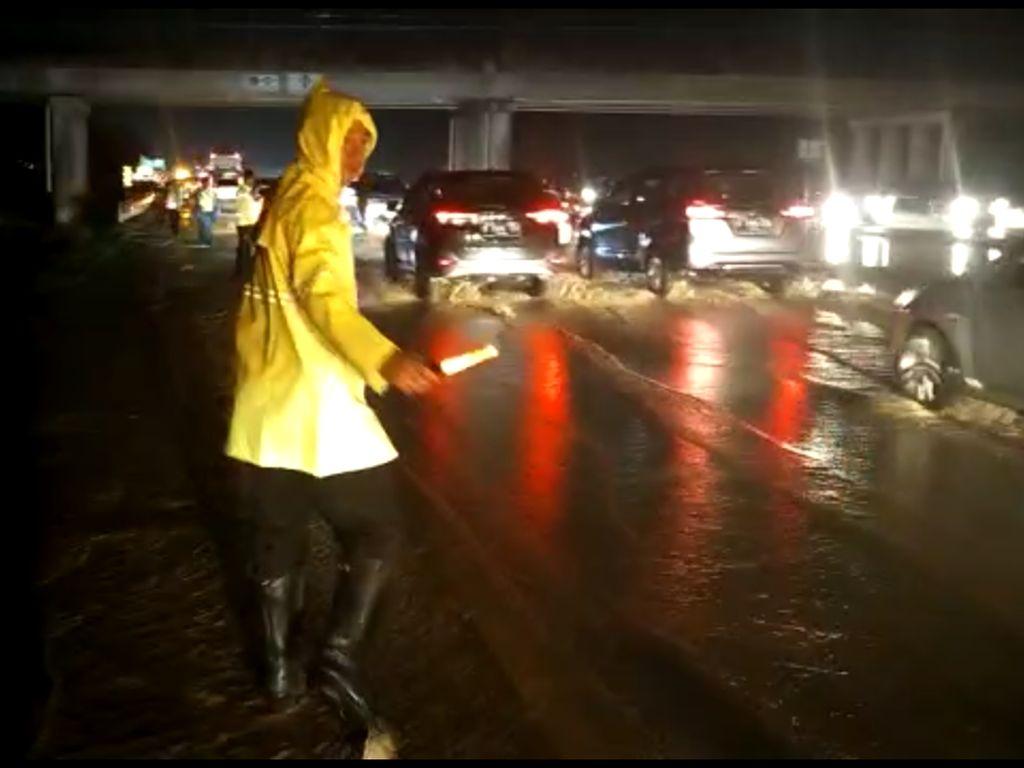 Antisipasi Banjir Susulan, Pengelola Tol Cipali Siagakan Alat Berat