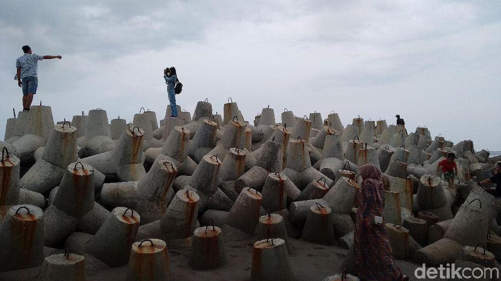 Potret Ramai-ramai Berfoto di Pemecah Ombak Pantai Pangandaran