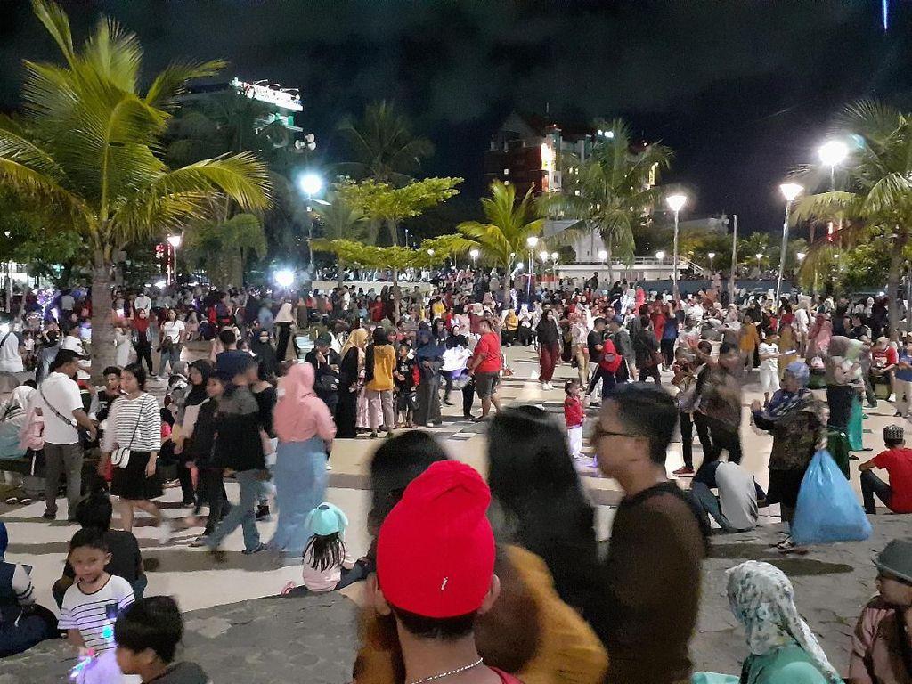 Rayakan Malam Tahun Baru, Warga Makassar Padati Pantai LosarI
