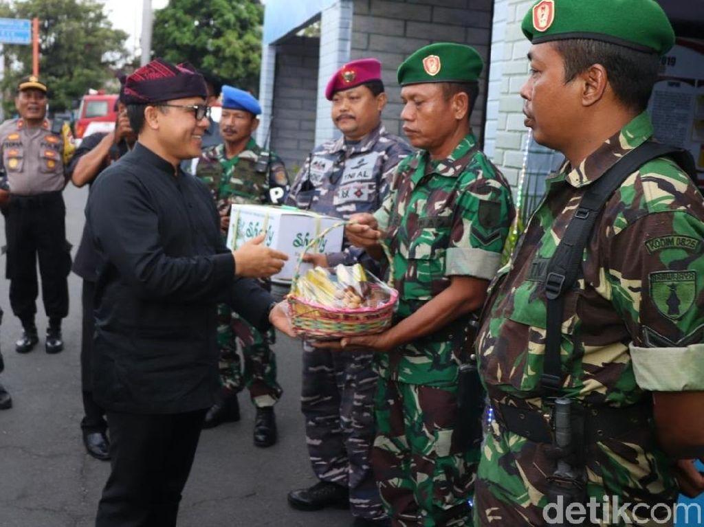Bupati Anas Bagikan Bingkisan pada Petugas Pengamanan Tahun Baru 2020