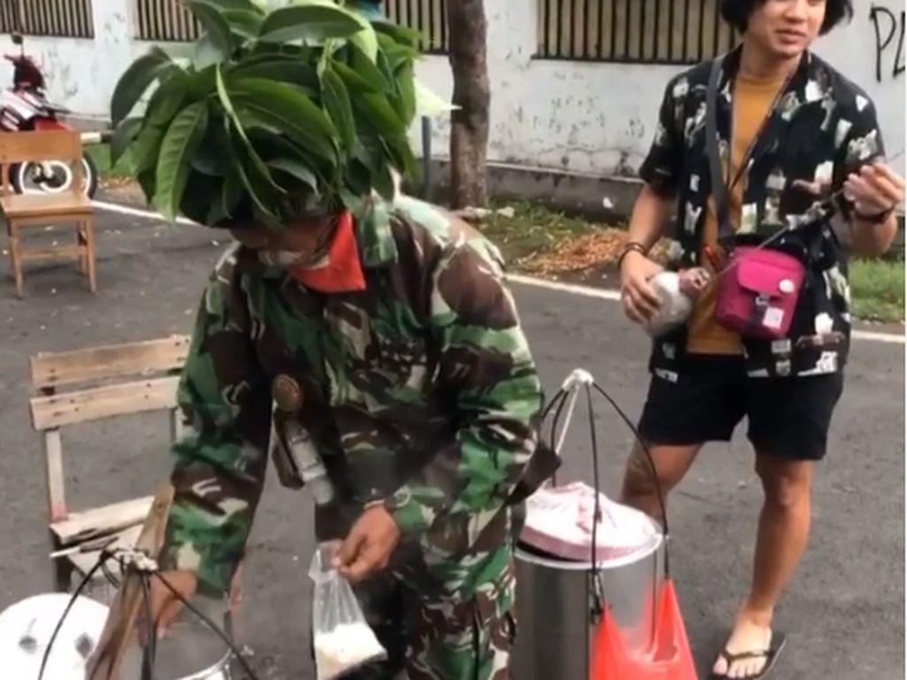 Penjual Kembang Tahu Berseragam Tentara Ini Curi Perhatian Orang