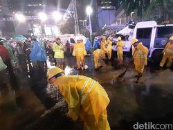 Bundaran HI Diguyur Hujan, Pasukan Kuning Bersihkan Genangan Air
