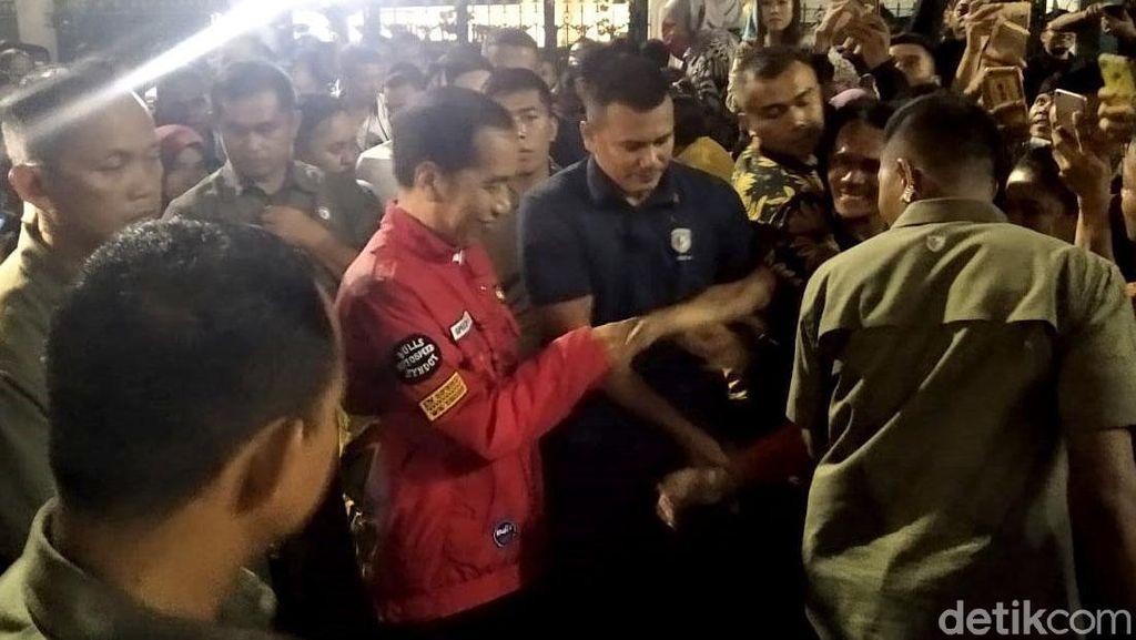 Momen Jokowi Sapa Pengunjung di Malioboro