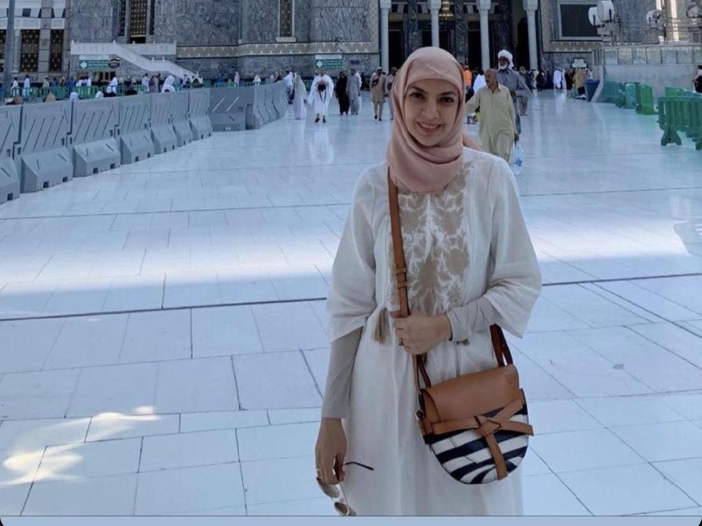 Gaya Najwa Shihab Pakai Hijab Saat Umrah di Akhir Tahun 2019