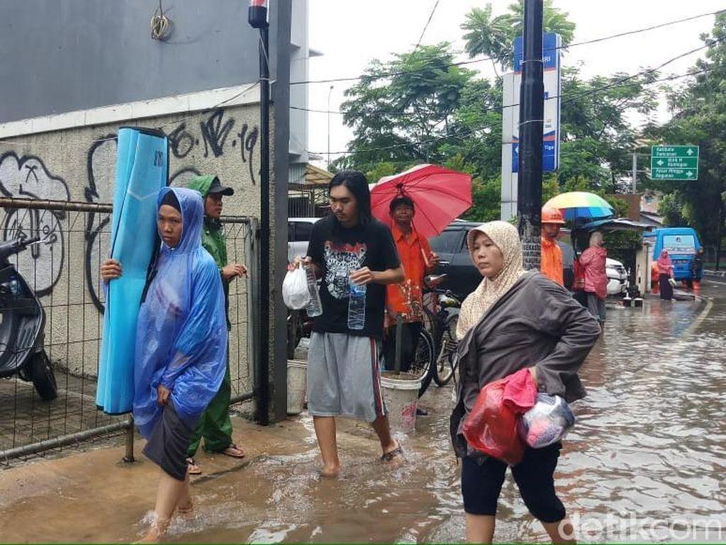 Kehujanan dan Basah Saat Banjir? Cegah Sakit dengan Lakukan Hal Berikut