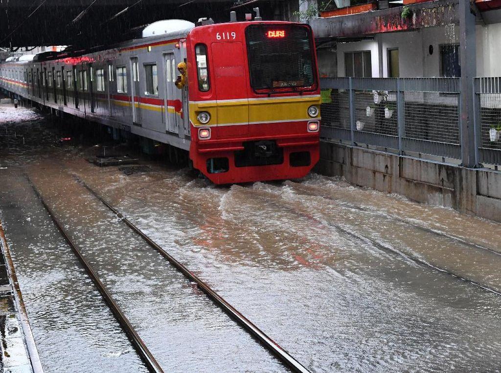 Stasiun Tanah Abang Tergenang Air, KRL Hanya Sampai Kebayoran-Palmerah