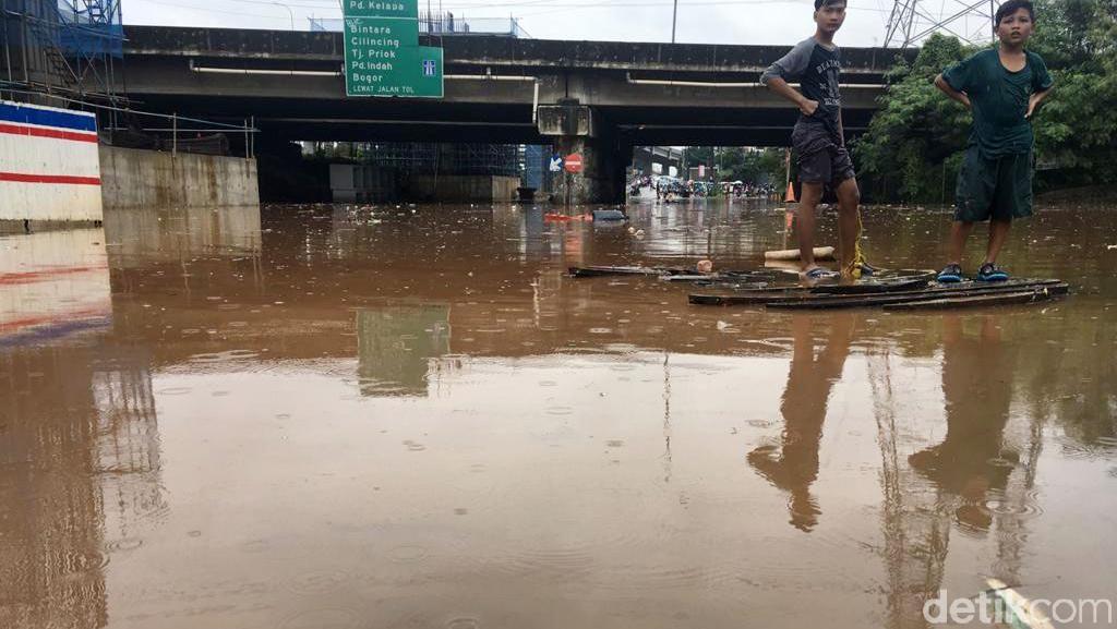 Kolong Tol JORR Grand Kota Bintang Bekasi Terendam Banjir