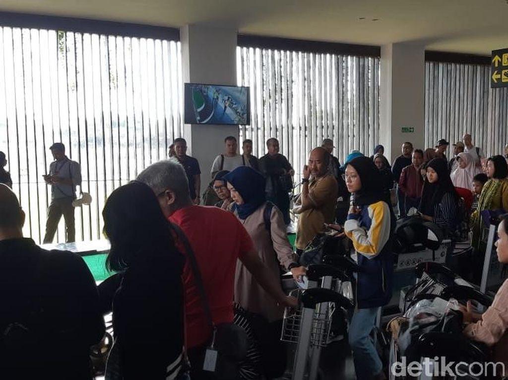 Customer Happines 2020, Bandara Banyuwangi Bagi-bagi Coklat dan Bunga