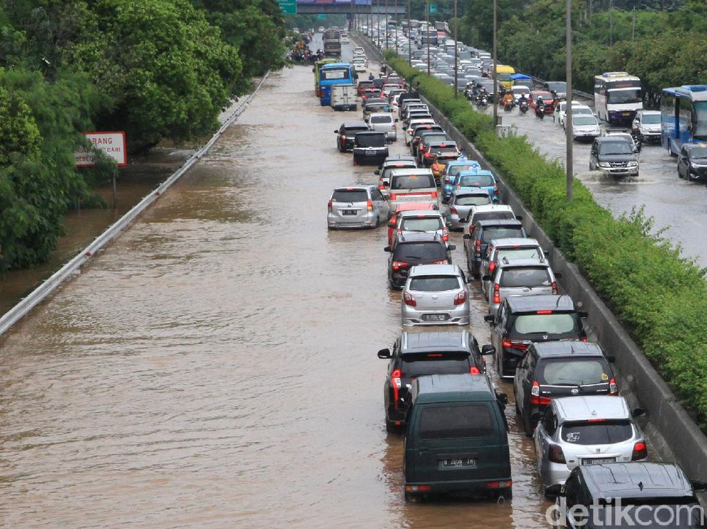 Potret Banjir yang Rendam Tol Kebon Jeruk