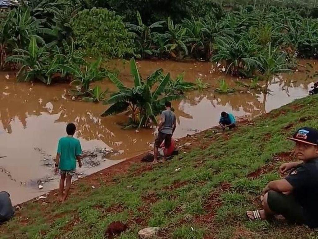 Warga Pondok Cabe Mancing di Proyek Tol Cinere-Serpong yang Banjir