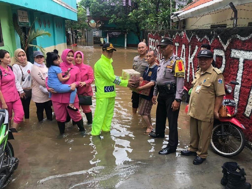 Polres Jaksel Beri Bantuan ke Warga Korban Banjir di Posko Pengungsian